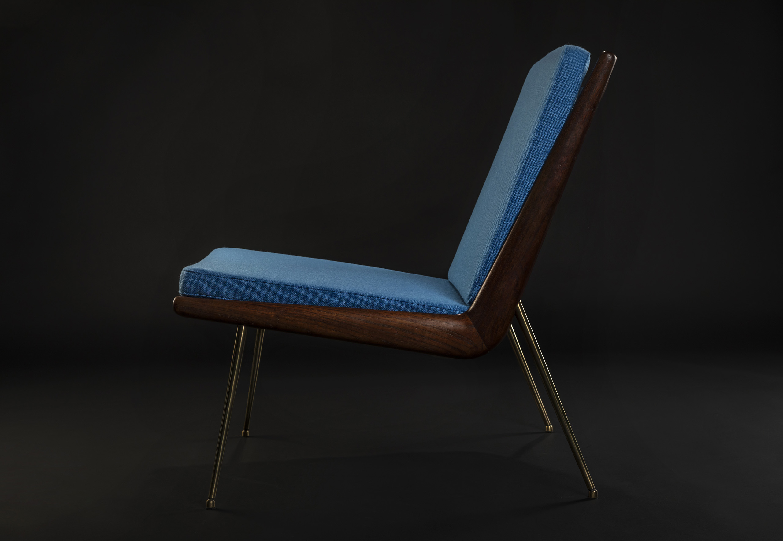 Polsterei Ox and Bear Boomerang Chair blauer Bezug
